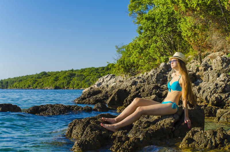 Mujer joven en la playa tropical foto de archivo