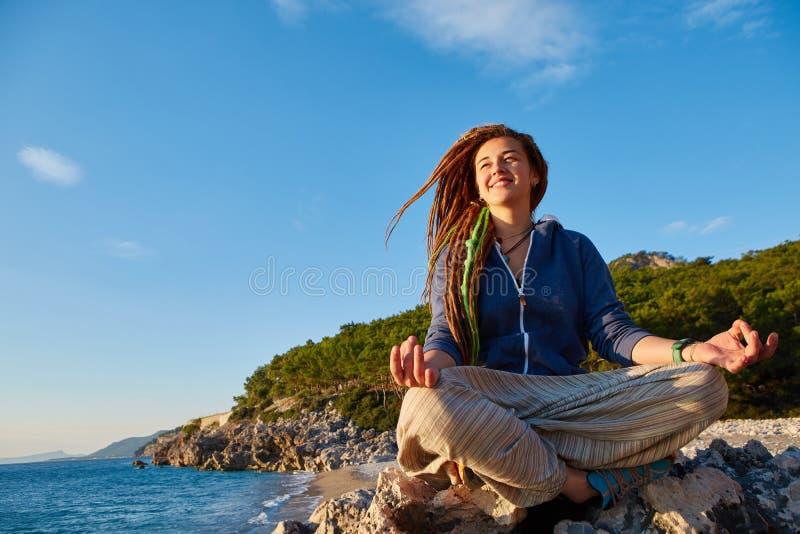 Mujer joven en la posición de loto fotografía de archivo libre de regalías