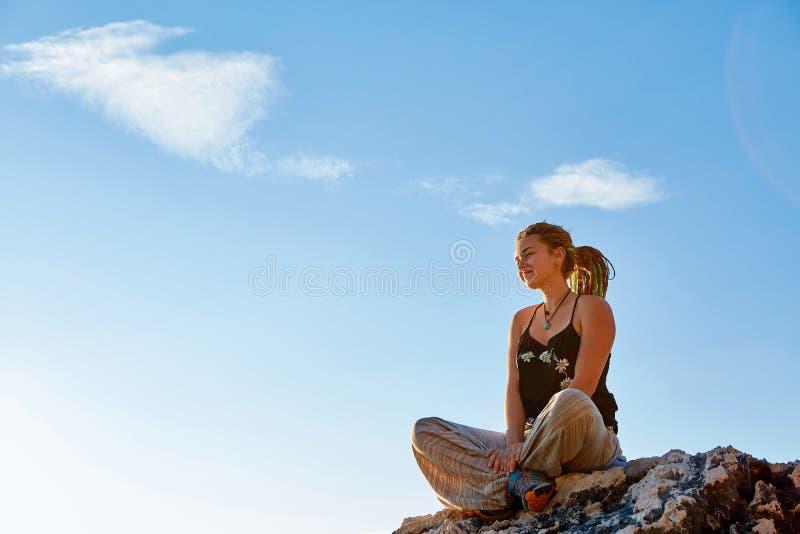 Mujer joven en la posición de loto foto de archivo libre de regalías