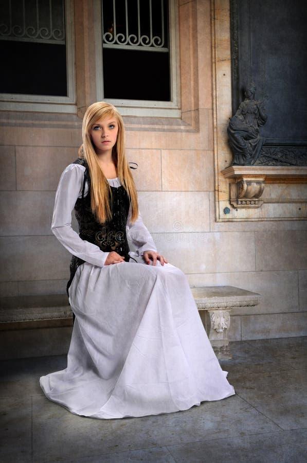 Mujer joven en la ropa del renacimiento imagen de archivo