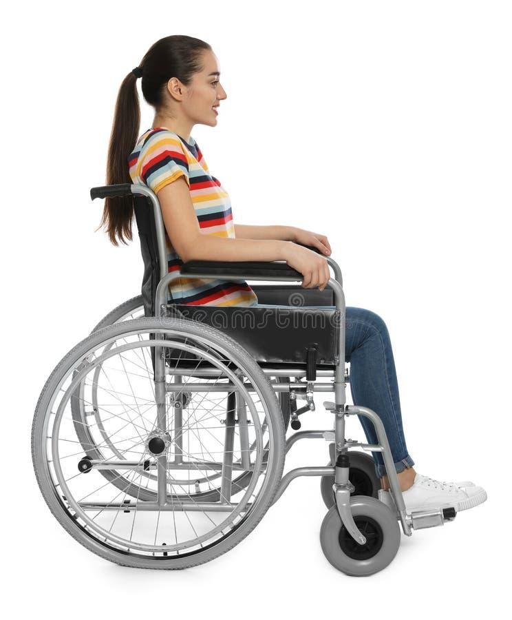 Mujer joven en la silla de ruedas aislada foto de archivo libre de regalías