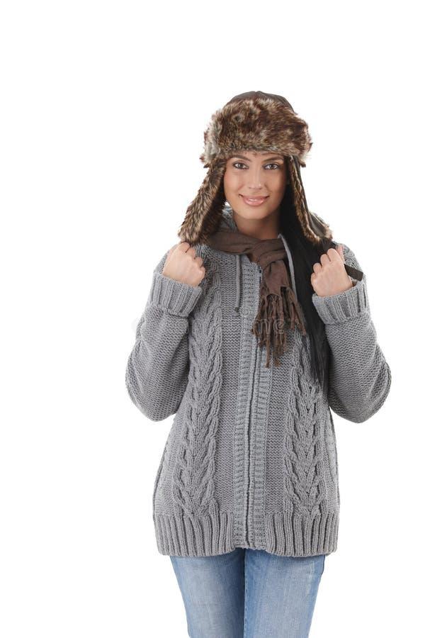 Mujer joven en la sonrisa caliente del suéter imagen de archivo libre de regalías