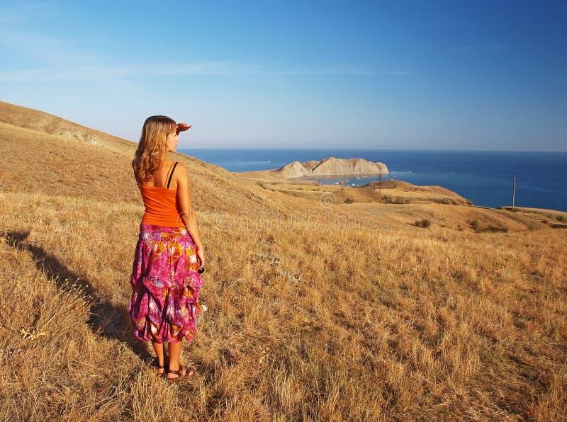 Mujer joven en las montañas fotografía de archivo