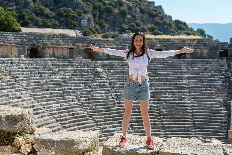 Mujer joven en las ruinas de un amphitheatre romano antiguo en Demre Turquía, imagen de archivo