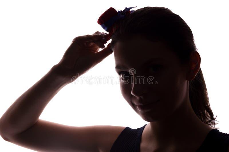 Mujer joven en look ahead del sombrero - silueta horizontal foto de archivo libre de regalías