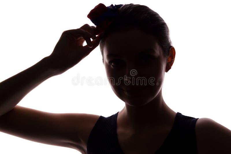 Mujer joven en look ahead del sombrero - silueta horizontal imágenes de archivo libres de regalías