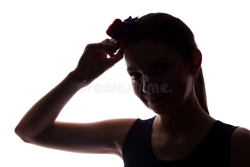 Mujer joven en look ahead del sombrero - silueta horizontal fotografía de archivo