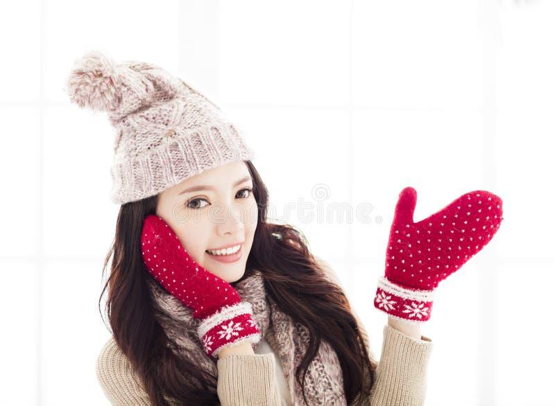 Mujer joven en mano abierta de la demostración de la ropa del invierno fotos de archivo libres de regalías