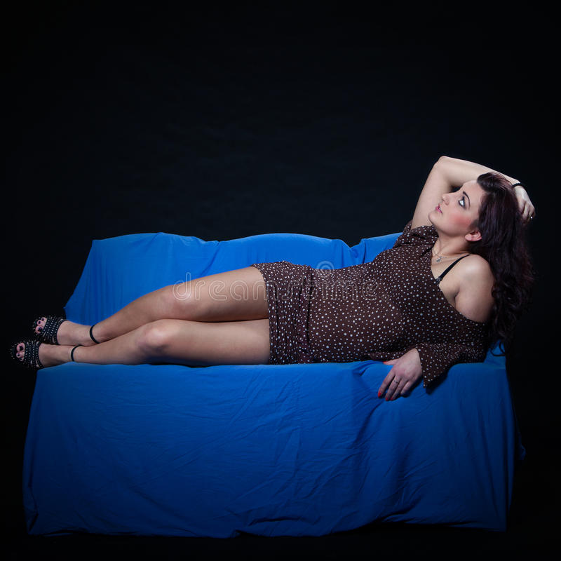 c403cebad Mujer Joven En Mini Vestido Punteado Atractivo Foto de archivo ...