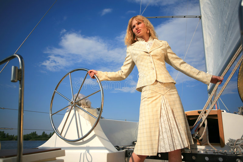 Mujer joven en mirada del escritorio del barco de vela fotos de archivo