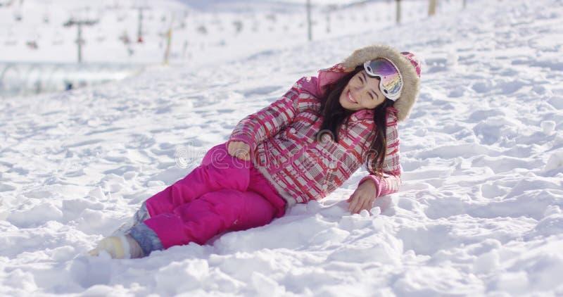 Mujer joven en mono de nieve rosado con las gafas del esquí foto de archivo libre de regalías