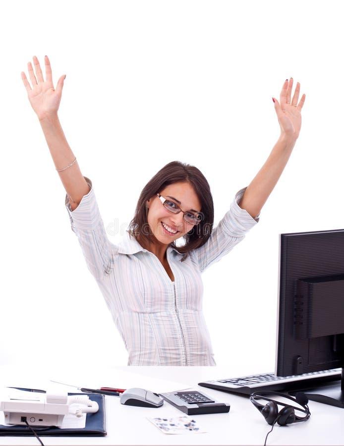 Mujer joven en oficina imagen de archivo libre de regalías