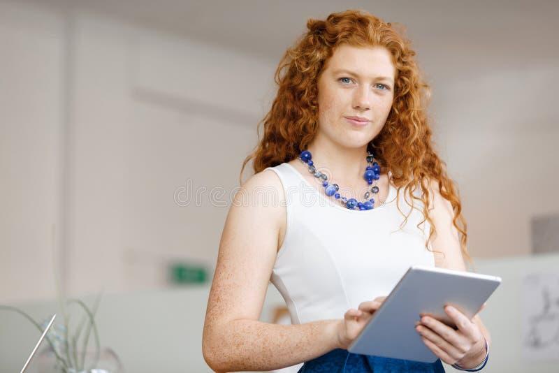 Mujer joven en oficina foto de archivo libre de regalías