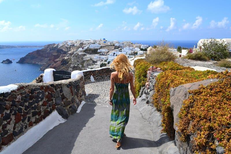 Mujer joven en Oia, Santorini, Grecia imagenes de archivo