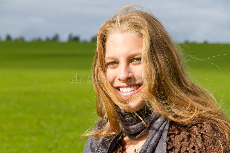 Mujer joven en otoño imagen de archivo libre de regalías