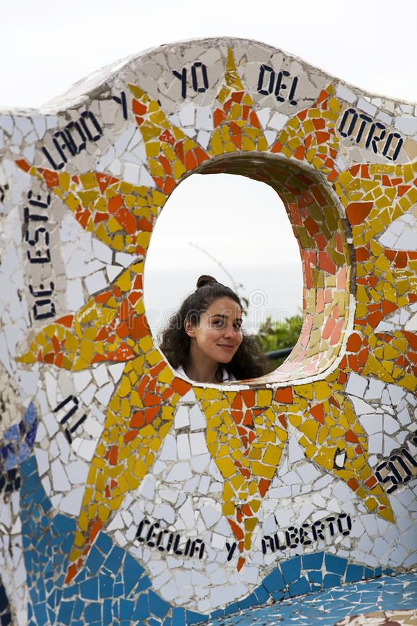 Mujer joven en Parque del amor en Lima, Per? imagen de archivo libre de regalías