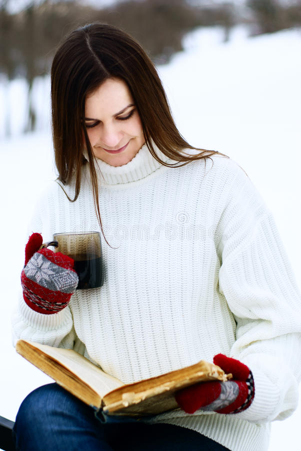 Mujer joven en parque del invierno imagenes de archivo