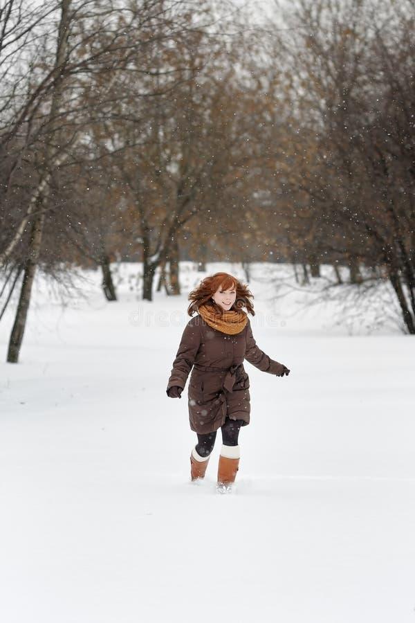 Download Mujer Joven En Parque Del Invierno Imagen de archivo - Imagen de separación, ideal: 44857711