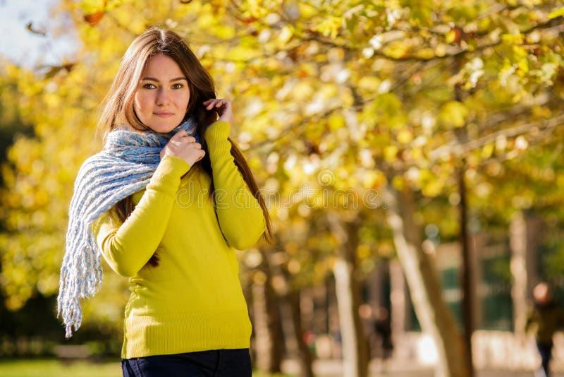 Mujer joven en parque del otoño imágenes de archivo libres de regalías