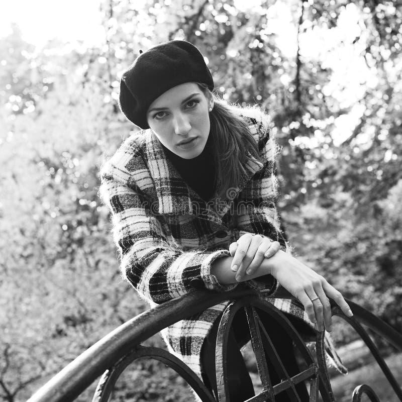 Mujer joven en parque otoñal imagen de archivo libre de regalías