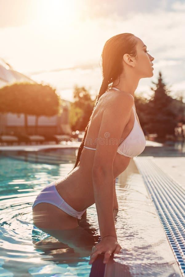 Mujer joven en piscina foto de archivo