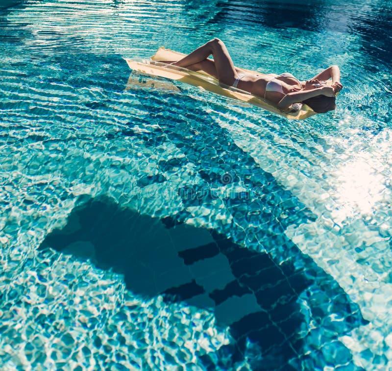 Mujer joven en piscina fotografía de archivo libre de regalías