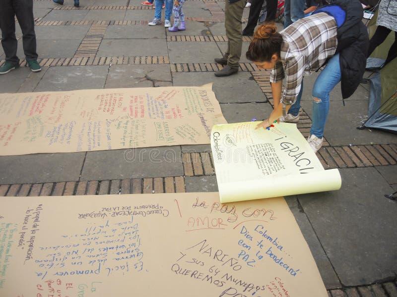 Mujer joven en protesta en Bogotá, Colombia imágenes de archivo libres de regalías
