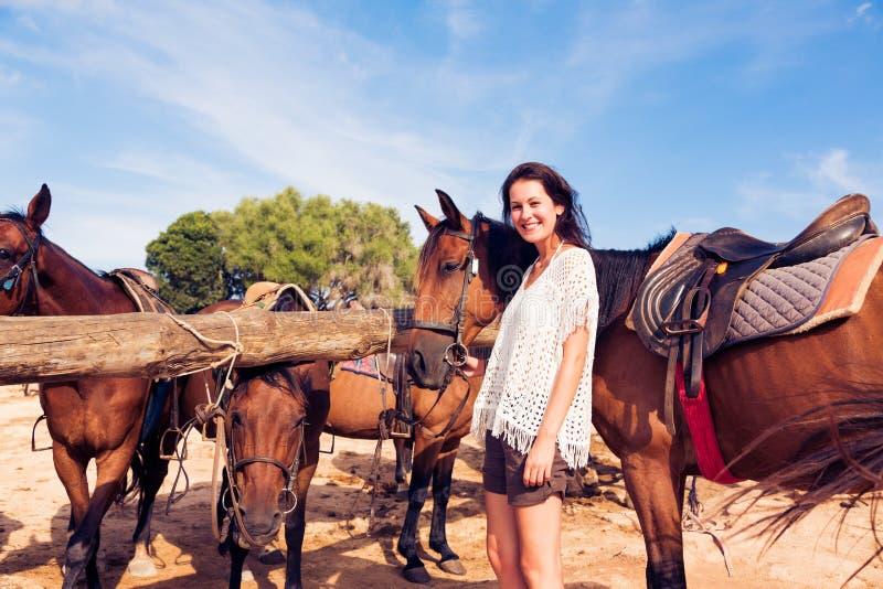 Mujer joven en rancho del caballo imagen de archivo libre de regalías