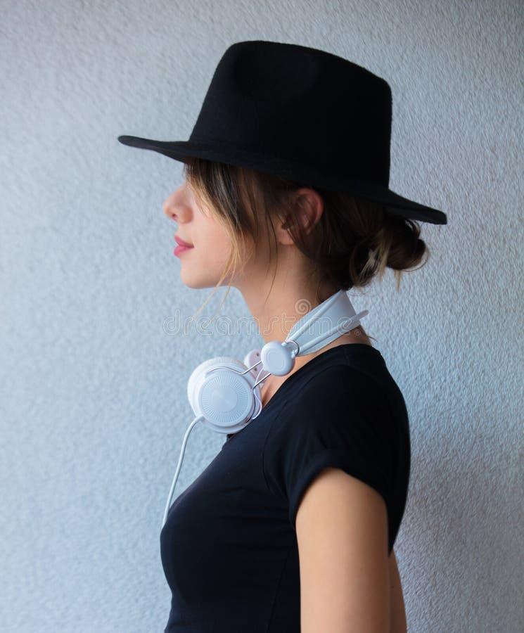 Mujer joven en ropa del sombrero y del estilo 90s imagen de archivo libre de regalías