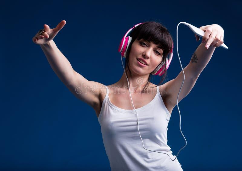 Mujer joven en ropa interior que escucha la música foto de archivo