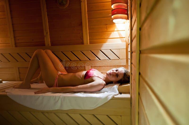 Mujer joven en sauna fotografía de archivo libre de regalías