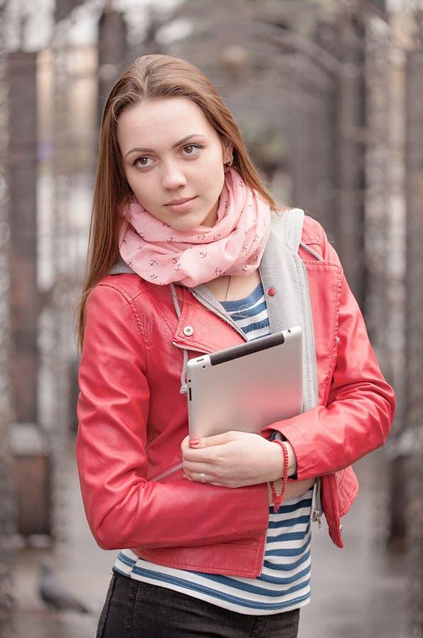 Mujer joven en streer con la tableta digital fotos de archivo