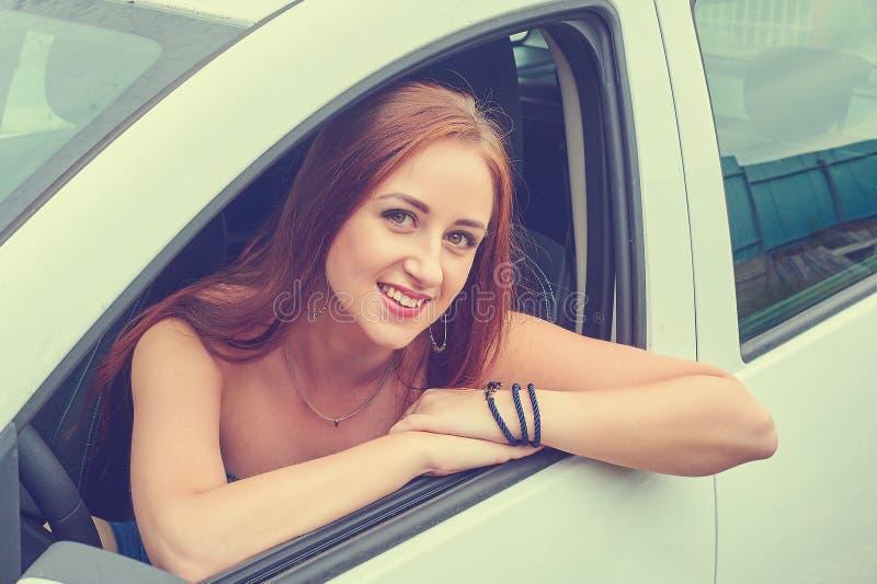 Mujer joven en su coche fotos de archivo libres de regalías