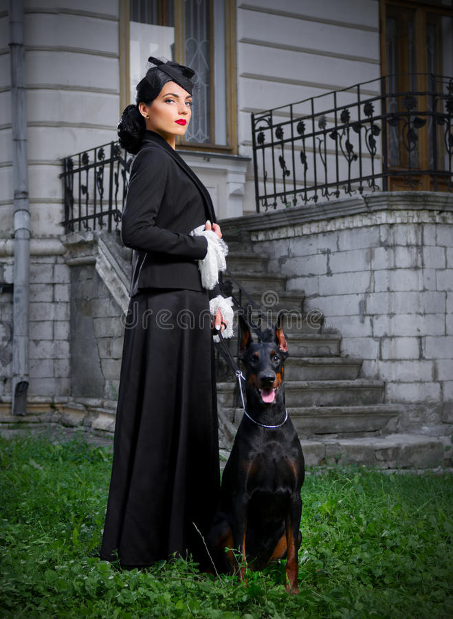 Mujer joven en traje antiguo con el perro (ver normal) fotos de archivo libres de regalías