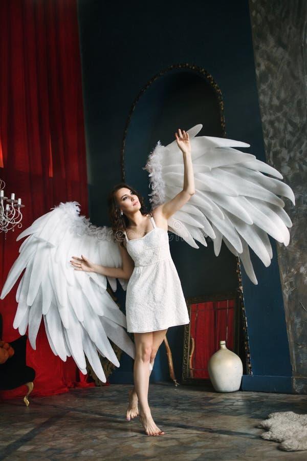 Mujer joven en traje del ángel imágenes de archivo libres de regalías