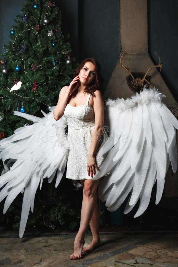 Mujer joven en traje del ángel fotografía de archivo
