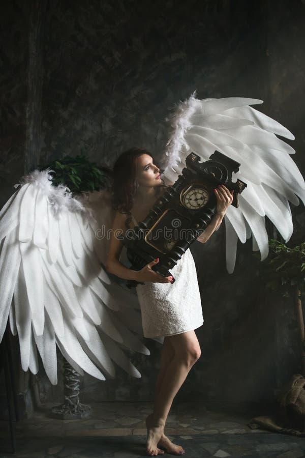Mujer joven en traje del ángel fotografía de archivo libre de regalías