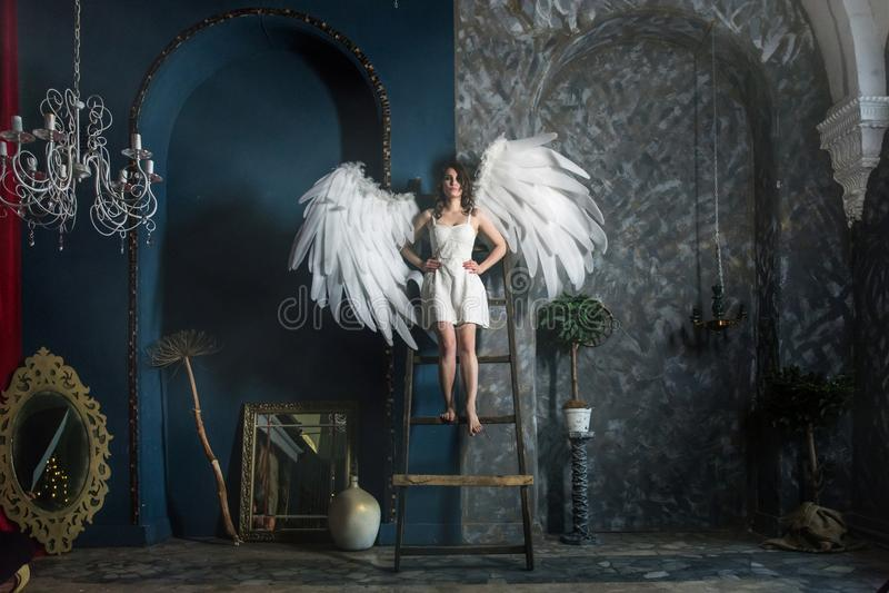 Mujer joven en traje del ángel fotos de archivo libres de regalías