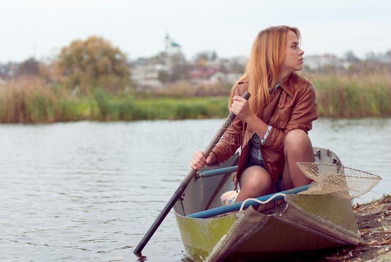 Mujer joven en un barco imágenes de archivo libres de regalías