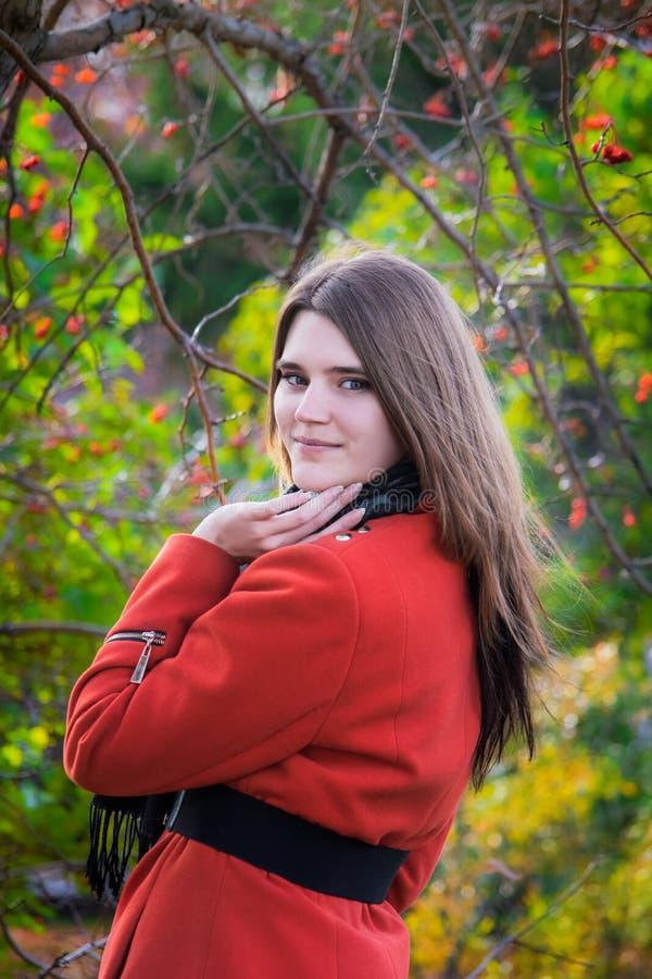 Mujer joven en un buen humor que sonríe para un paseo en parque fotos de archivo