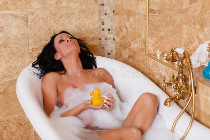 Mujer joven en un cuarto de baño. imágenes de archivo libres de regalías