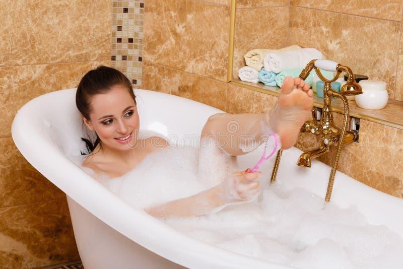 Mujer joven en un cuarto de baño. imagen de archivo libre de regalías