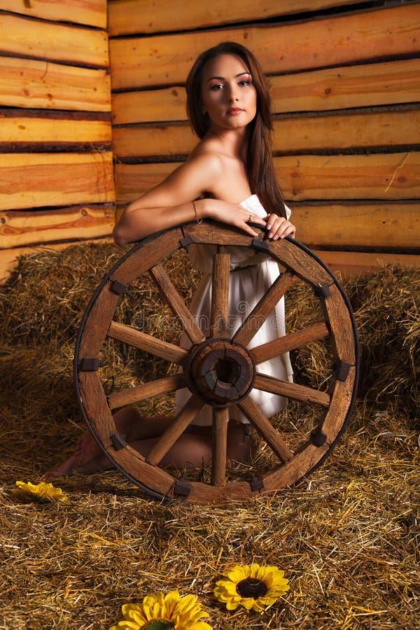 Mujer joven en un henil fotos de archivo