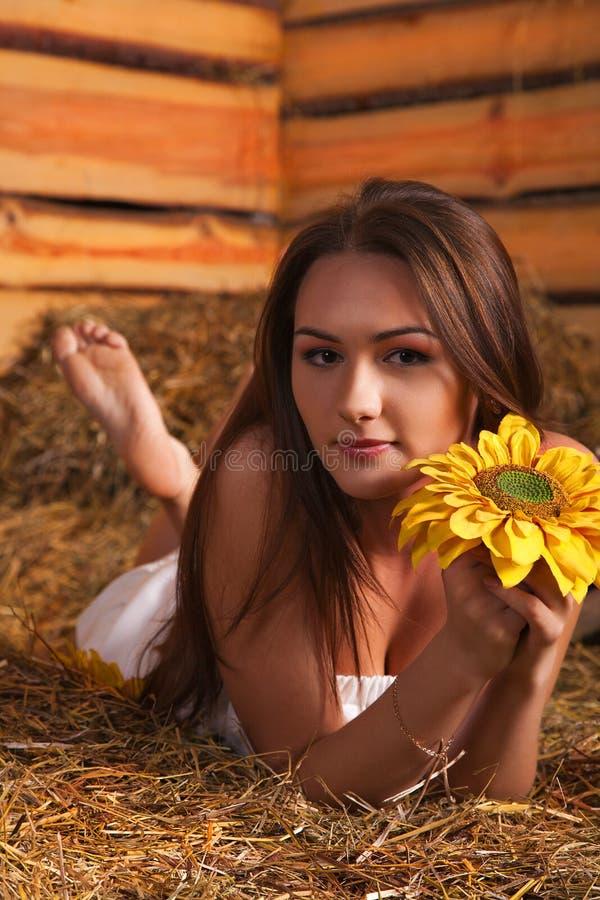 Mujer joven en un henil fotografía de archivo