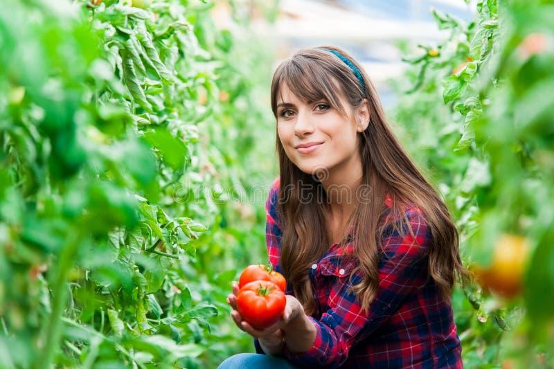Mujer joven en un invernadero foto de archivo libre de regalías