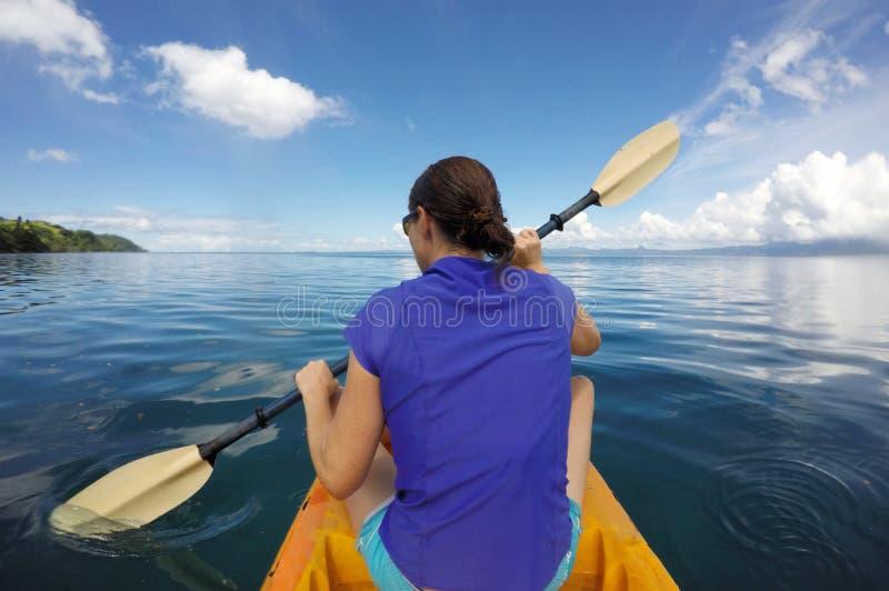 Mujer joven en un kajak Fiji fotos de archivo libres de regalías