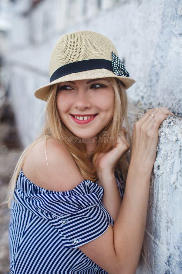 Mujer joven en un sombrero fotos de archivo