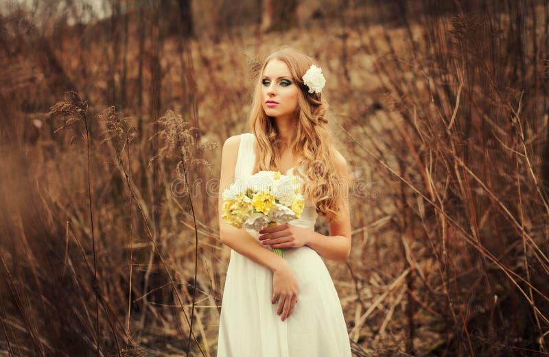 Mujer joven en un vestido de boda fotografía de archivo libre de regalías