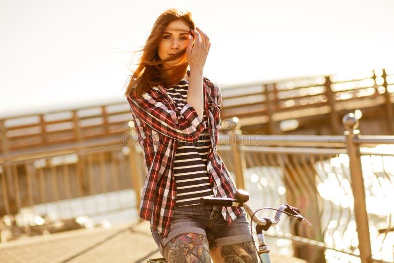 Mujer joven en una bicicleta fotos de archivo libres de regalías