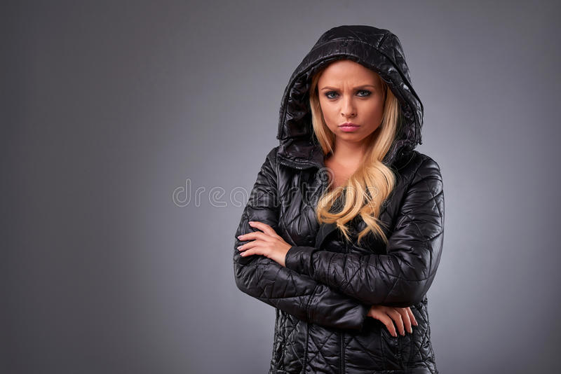 Mujer joven en una chaqueta fotos de archivo libres de regalías
